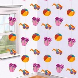 Decoratie string fun in the sun -  Zes lange draden met daaraan strandballen, slippers en zonnebrillen! Lengte: 6 x 2.13 meter. Ter decoratie op te hangen. Perfect voor tropische feesten!   www.feestartikelen.nl