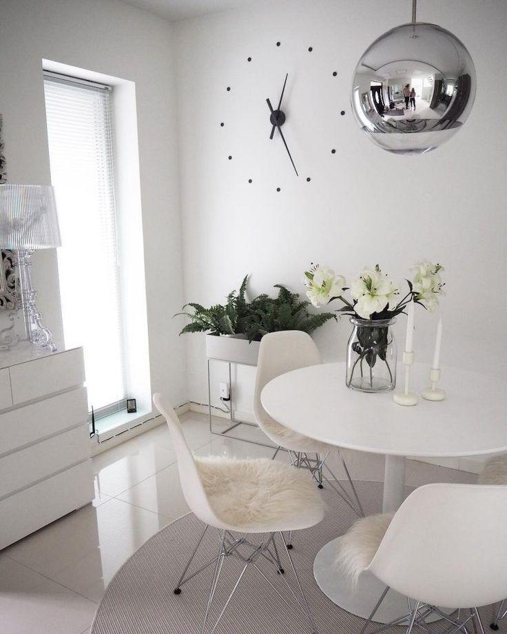 Vitra Eames tuolit, Kartell Bourgie valaisin ja pyöreät muodot viimeistelevät ruokailutilan tyylin yhdessä kiiltävän Tom Dixon valaisimen kanssa.