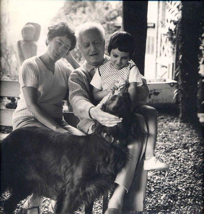 Álbum fotográfico sobre Jean Giono, con fotografías sobre su vida.