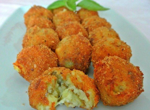 Le polpette di patate e carciofi sono ideali da servire come antipasto o come…