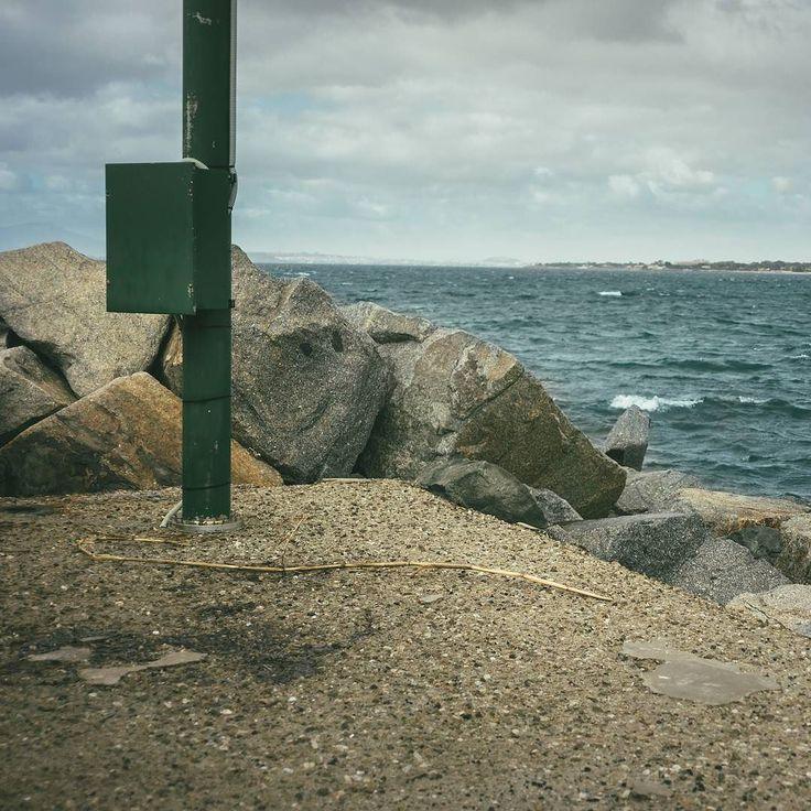 Acqua vento e roccia {2/3[14/]} (Sardegna) Quando il tempo non è dei migliori il porto è sempre una fonte di ispirazione. L'acqua e il vento che cercano di piegare le barriere che noi abbimao costruito si crea una tensione che arriva quasi alla quiete prima della tempesta.  #maurizioutlayer  1 immagine al giorno per 3 giorni così compongo una riga del mio profilo Instagram. Ogni riga rappresenta un racconto un viaggio o una visione. Ogni immagine è un mio scatto.  www.outlayer.it…