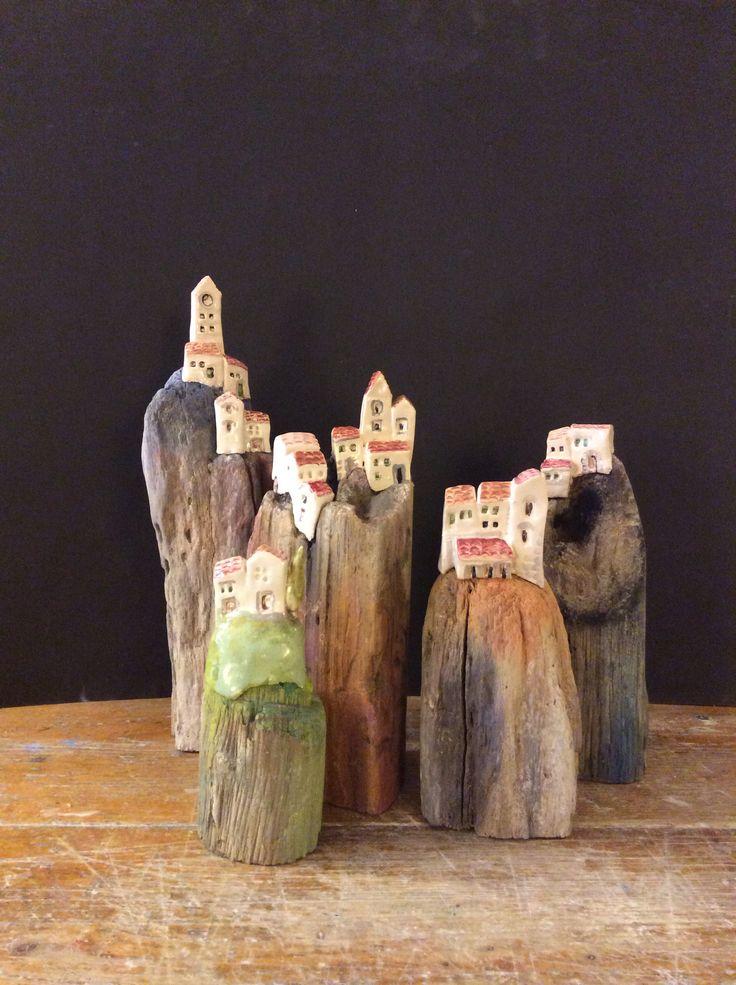 Casine di ceramica su basi di legno recuperato