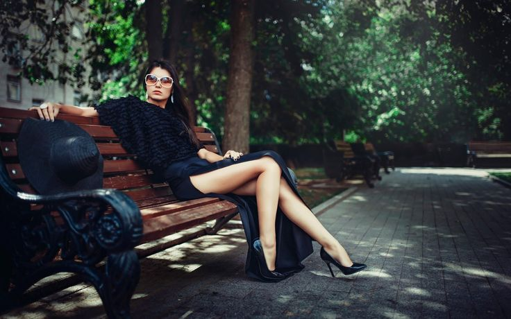 Donne, Seduto, Panchina, occhiali da sole, cappelli di Sun, orecchini, Neri Abbigliamento, Ambientazione esterna
