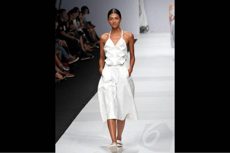 'Busana Kertas' Koleksi F Budi di Jakarta Fashion Week 2015 http://bit.ly/1qoVCp8