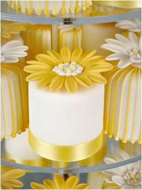 Beautiful Mini #Cakes with #Daisy topper! We love and had to share! Great #CakeDecorating!