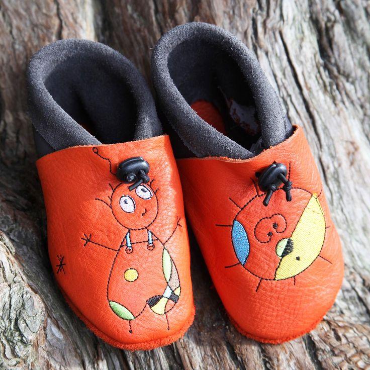 Qui n'a pas encore essayé les chaussons en cuir bio, français et fabriqués à la main de la marque Tom et Lumi? Du 18 au 35cm, les pieds de vos enfants vous diront merci!