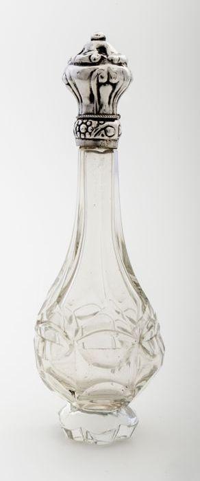 Glazen parfumflesje met zilveren dop