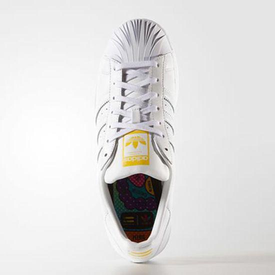 Zaha Hadid y Pharrell Williams diseñan para Adidas Como es sabido el cantante ha colaborado con la marca alemana para diseñar colecciones de algunos de sus productos, sin embargo para este proyecto ha seleccionado a 5 destacados personajes para crear modelos especiales, este es un caso. http://www.podiomx.com/2015/07/zaha-hadid-y-pharrell-williams-disenan.html