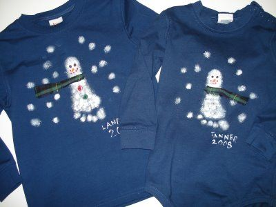 Kids footprint snowmen. Can do on a shirt, on a charger to hang on the wall...endless possibilities! Decorate with a scarf, buttons down the front...
