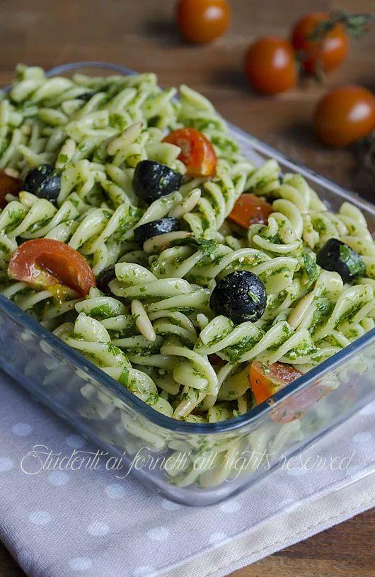 Pasta fredda pesto di rucola olive nere, pomodorini e pinoli