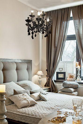 Rama łóżka jest ze sklepu meble kolonialne. Zagłówek, zrobiony przez stolarza, został wykończony tkaniną z IKEA.