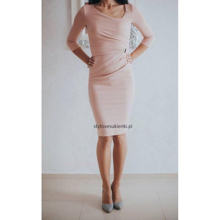 Piękna, beżowa sukienka o długości midi. Wyszczupla dzięki marszczeniom w talii. Zapoznaj się z naszym całym asortymentem. Piękna sukienka na wyjątkowe okazje.