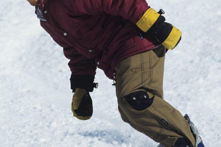 Realización de curvas básicas en tabla para nieve (snowboarding). Girar una tabla para nieve significa deslizar un borde en la nieve para girar en una dirección o la otra. Realizar un giro cortado en un extremo es un asunto de balancear tu centro de gravedad, que es producto de la distribución del ...