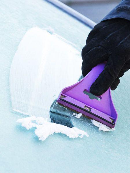Jeden Winter das gleiche: Früher aufstehen, weil wir erst noch die Windschutzscheibe unseres Autos vom Eis frei kratzen müssen. Doch mit