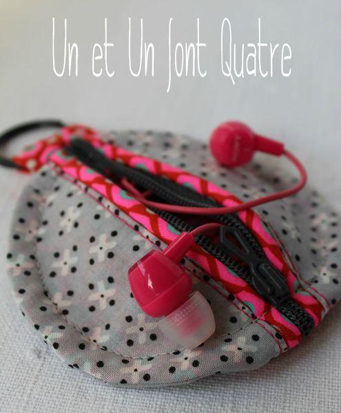 Etui écouteurs (2)  version de Un et Un font Quatre