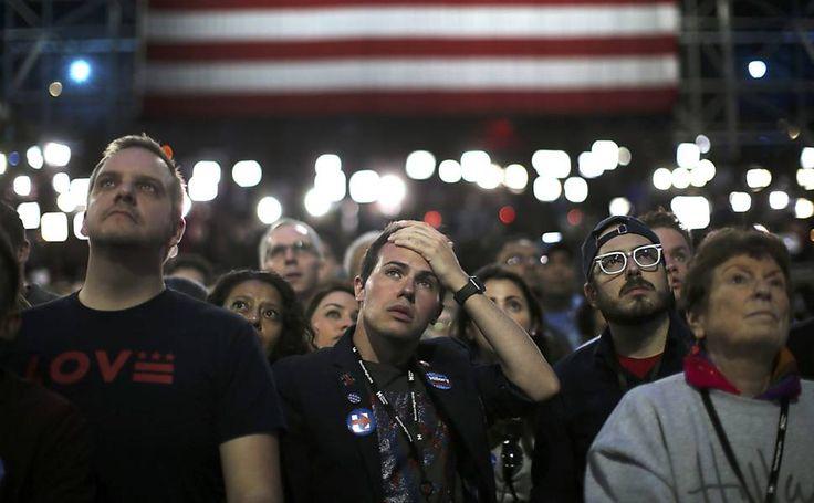 Apoiadores da candidata democrata Hillary Clinton reagem às atualizações da apuração da eleição presidencial em Nova York