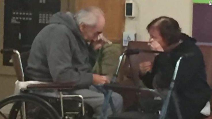 La foto publicada en redes sociales de una pareja de ancianos llorando al…