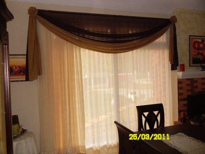 Este ventanal se cubrió con dos cortinas de tela de Marquiset y el detalle de la cenefa, combinando dos tonalidades de tela tipo lino.