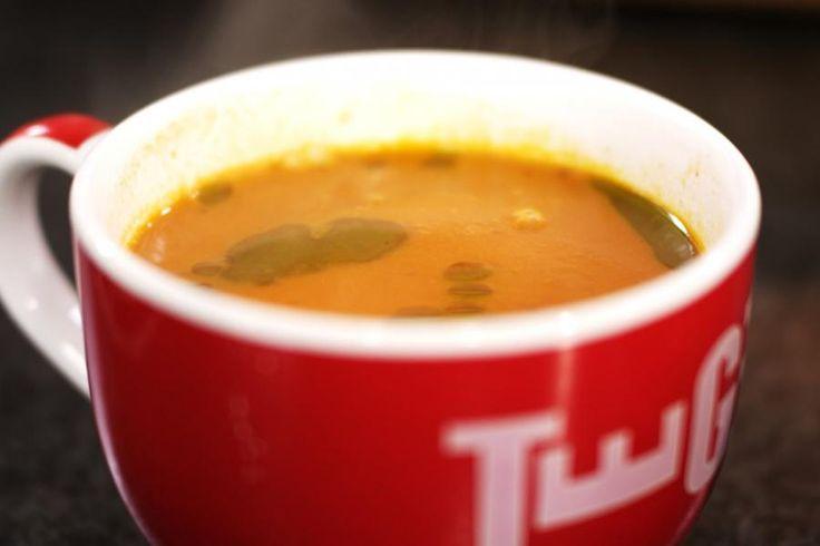 Dit is het recept voor een eenvoudige en lekkere groentesoep met een flinke portie tomaat. Voeg daarbij druppels van zelfgemaakte basilicumolie en dit soepje verandert in een bijzonder gerecht boordevol smaak, met een hele bijzondere 'look'.