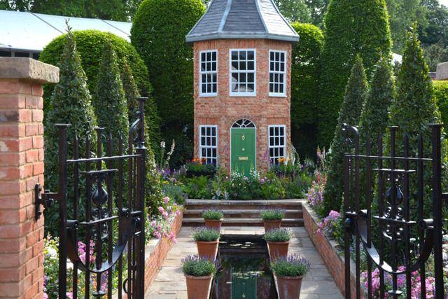 RHS Chelsea Flower Show 2016 Ambiance italienne pour ce jardin de terrasse hors du commun : jeu de perspective, bassin, topiaires, potées de lavande... (Jardin Harrods)
