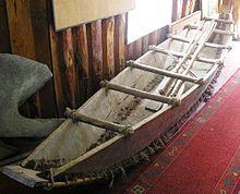 Reconstrucción de una dalca en el museo de Dalcahue.La dalca, que algunos también denominaban piragua, era una embarcación liviana que empleaban los indígenas chonos, un pueblo nómada del sur de Chile. Posteriormente, la adoptaron los huilliches y los conquistadores españoles, añadiéndole algunas modificaciones menores. La dalca era una embarcación liviana y apropiada para navegar por los canales chilotes que usaban pueblos indígenas originarios de Chile que habitaban entre el canal de…