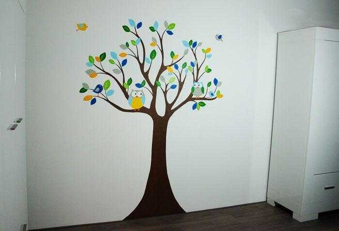 Gestileerde boom met uiltjes en vogels in babykamer jongetje: Deze muurschildering is gemaakt door BIM Muurschildering en net zo strak als een muursticker, maar dan naar wens aangepast en zonder het zelf op de muur te hoeven plakken :-)    Mural baby boy tree