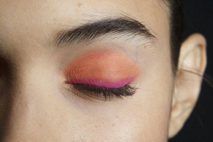 http://www.cosmopolitan.it/bellezza/make-up/news/g112240/trucco-occhi-autunno-inverno-2017-2018-ombretto-colorato/
