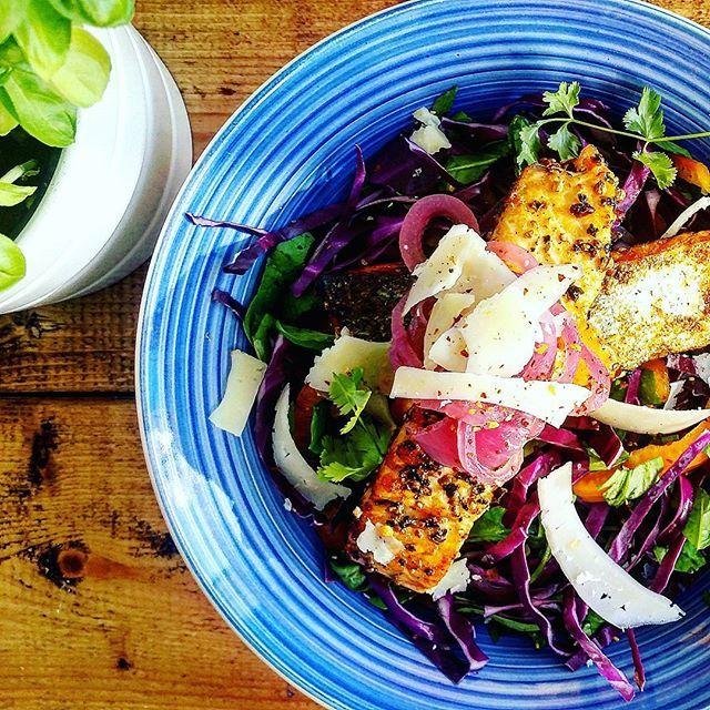 Stegt laks m. rød spidskål, spinat, peberfrugt, syltede rødløg og parmesan. Enkelt, men super lækkert 😋 #aftensmad #dinner #foodnerd #palæo #paleo #lchf #healthyfood #instafood #rigtigmad #smagfuldmad #smagenersagen #hjemmelavet #sundlivsstil #vægttab #kcal #fitfam #fitfamdk #laks #salmon #sund #sundhed #ernæring #velvære #mums #muskelmad #musclefood