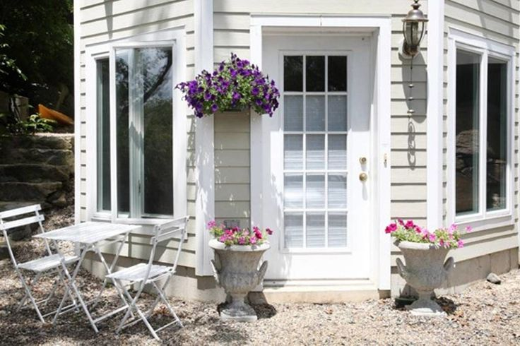 Apartment in Gloucester, United States. Walk to Good Harbor Beach from your own front door. This spacious, pristine studio has separated sleeping and sitting areas and an additional  alcove that accommodates one aero bed. You have the entire first floor to yourself.  Amenities include p...