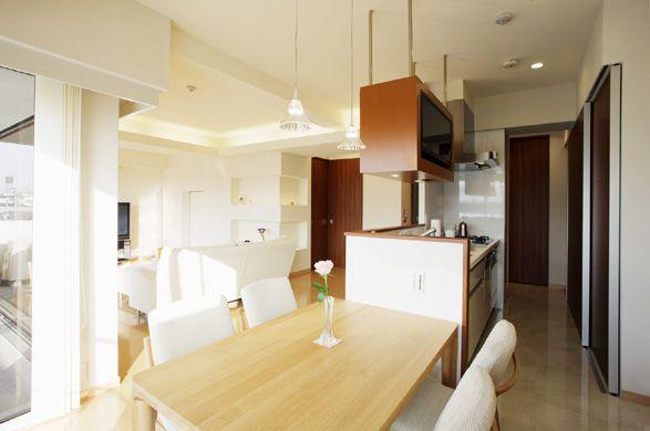 程よく隠れ、後ろや横にたっぷりと収納を用意したキッチン。
