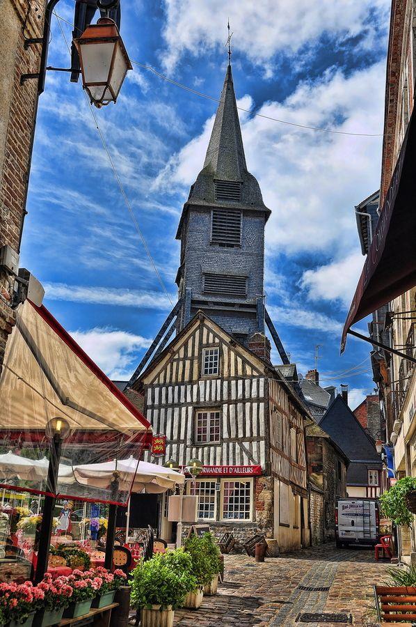 Honfleur, Normandie. Au débouché sur la place Sainte-Catherine, le vieux clocher flanqué de ses béquilles.
