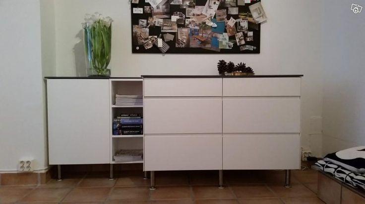 Köksskåp från Kungsäter Kök för förvaring på kontor, i hall, kök eller dylikt. Modell Greppa med grepp utfräst i ett stycke på luckorna. Målad MDF vitt Nyans 0500-N. Moduler från vänster: 1. Hyllskåp med lucka Bredd:500 mm, Djup 315 mm inkl. lucka  2...