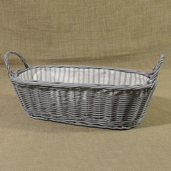 Szary wiklinowy koszyk z uszkami wyściełany materiałem w biało szare pasy