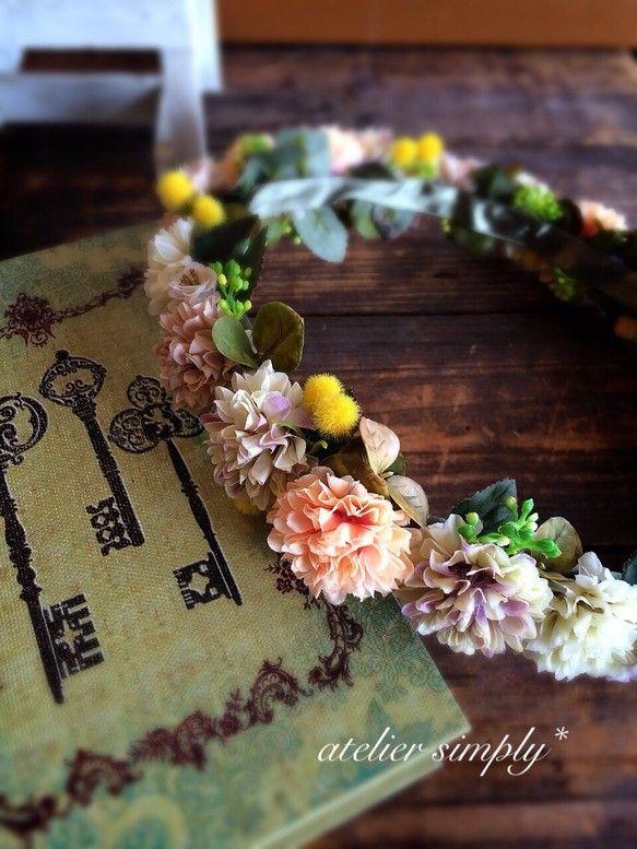 アートフラワー(造花)で製作した花冠です。マムとミモザのナチュラルな花冠です。 【サイズ】 頭囲:約54㎝~ (後ろで調整可能です) 【材...|ハンドメイド、手作り、手仕事品の通販・販売・購入ならCreema。