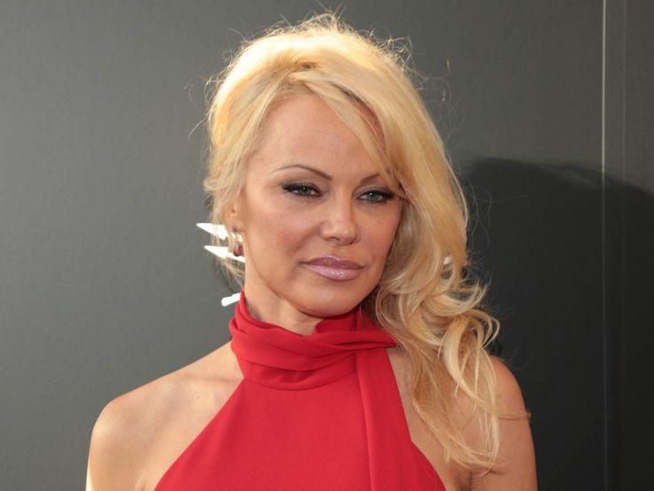 """Verlaufener Mascara, Tränen rollen über ihr Gesicht. Im knappen Negligé haucht Pamela Anderson die Worte """"Goodbye, Hef"""". Ist das Video womöglich eine Hommage an ein sexy Fotoshooting oder will Pamela Anderson (50) sich mit einem bei Instagram veröffentlichten Clip wirklich nur von..."""
