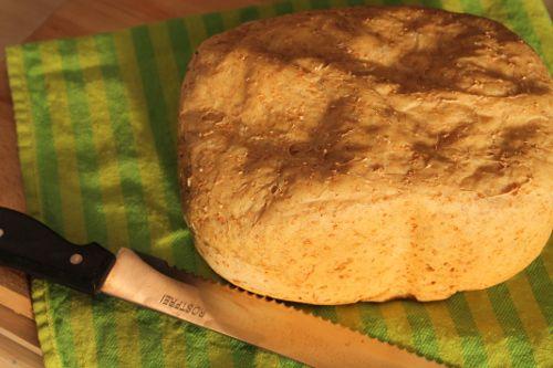 Dit brood is veel lekkerder dan supermarktbrood en nog goedkoper ook! Een simpel recept om zelf brood te bakken met een broodbakmachine. 5 minuten per dag werk en als bonus een heerlijk geurend huis!