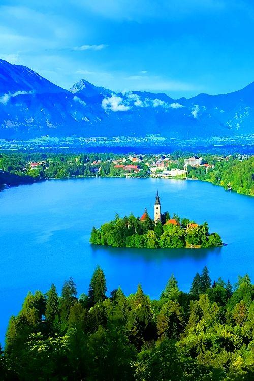 【ブレッド湖(スロベニア)】首都リュブリャナから約35km、スロベニア北西部ユリアン・アルプスに位置する、「アルプスの瞳」と称えられる氷河湖。 Lake Bled, Slovenia
