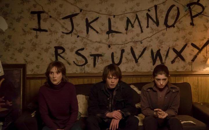 Stranger Things - El gran éxito de Netflix acaba de estrenar su segunda temporada, pero si te perdiste las aventuras de estos chicos, te recomendamos que te pongas al corriente para que puedas entender porque la serie cuenta con tanta popularidad