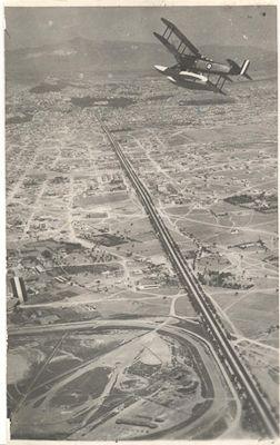 Αεροφωτογραφία της λεωφόρου Συγγρού. Σε πρώτο πλάνο ο χώρος του Ιπποδρόμου. Ανεβαίνοντας προς το κέντρο, οι αραιοκατοικημένες περιοχές δεν είναι άλλες από την Καλλιθέα, τη Νέα Σμύρνη κ.λπ. (μέσα δεκαετίας '20)