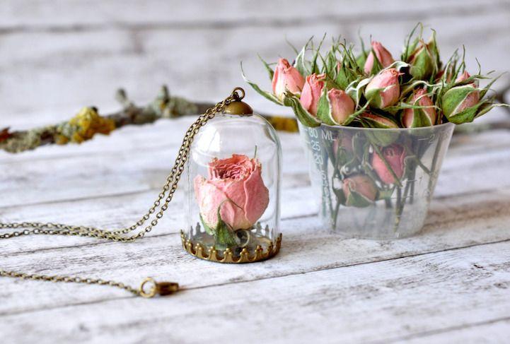 Com um alicate e muita criatividade, Paula Schiau cria joias no estilo romântico.  Mesclando flores e metais dentro de vidros, a estudante de arte acaba criando lindos mini terrários e outras peças que parecem ter sido retiradas de um conto de fadas.  Em sua loja online, na Etsy, você pode encontrar delicados colares, anéis, pulseiras e brincos em resina.