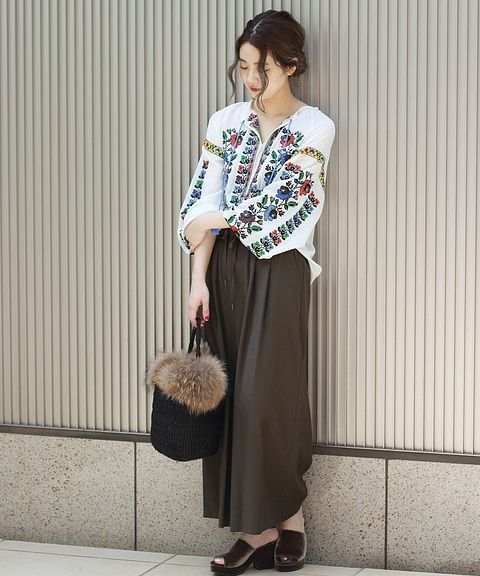 ◆大人気ギャザーパンツ コーデ  秋らしい茶色をキーカラーにしたコーディネート。 ボヘミアンな刺繍ブラウスを合わせて華やかさをプラス。