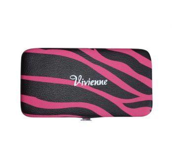 Пенал-книжка со встроенным магнитом на 3 пинцета, розовая зебра- Теперь все инструменты будут под рукой.Стильная пенал для пинцетов от Vivienne вмещает в себя целых 3 пинцета. Пинцеты крепятся внутри книжки благодаря встроенному магниту, который хорошо и надежно удерживает все пинцеты.  A pencil case with a built-in magnet for 3 tweezers, a pink zebra-Now all the tools will be at hand. A stylish pencil case for tweezers from Vivienne contains as many as 3 tweezers.