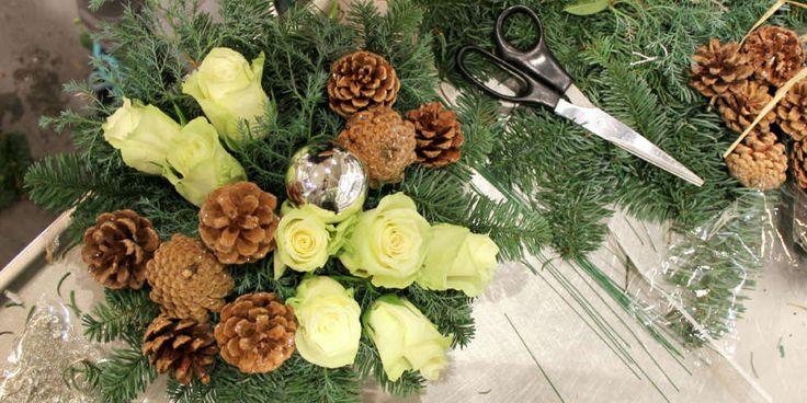 BLOMSTERDEKORASJON: En skål, oasis, granbar, kongler og blomster er alt som skal til for å lage din egen vakre blomsterdekorasjon til jul.