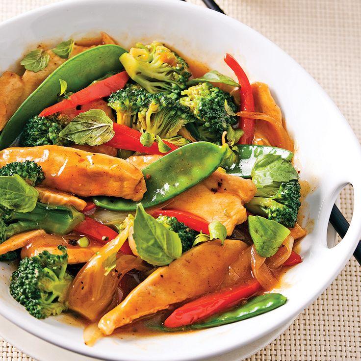 Un bon sauté, c'est tellement santé! Cette recette regorge de légumes croquants et de bonne volaille tendre, le tout relevé d'envoûtantes saveurs asiatiques dont celle du basilic thaï. Son goût prononcé rappelle celui de l'anis ou de la réglisse. À défaut d'en trouver, remplacez-le par du basilic commun.
