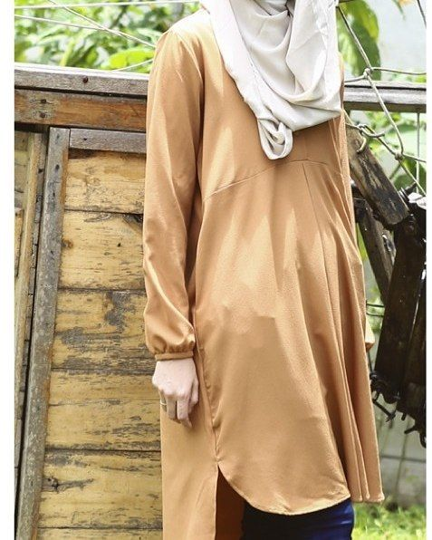 Lecyta tunic in caramel: Moss crepe chiffon, soft, thin & cooling. Fabric buttons, single pleat in front for a flare design, wrinkle-free and nursing-friendly.