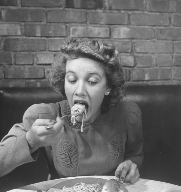 This is how to eat spaghetti like a lady, according to a 1942 issue of Life Magazine
