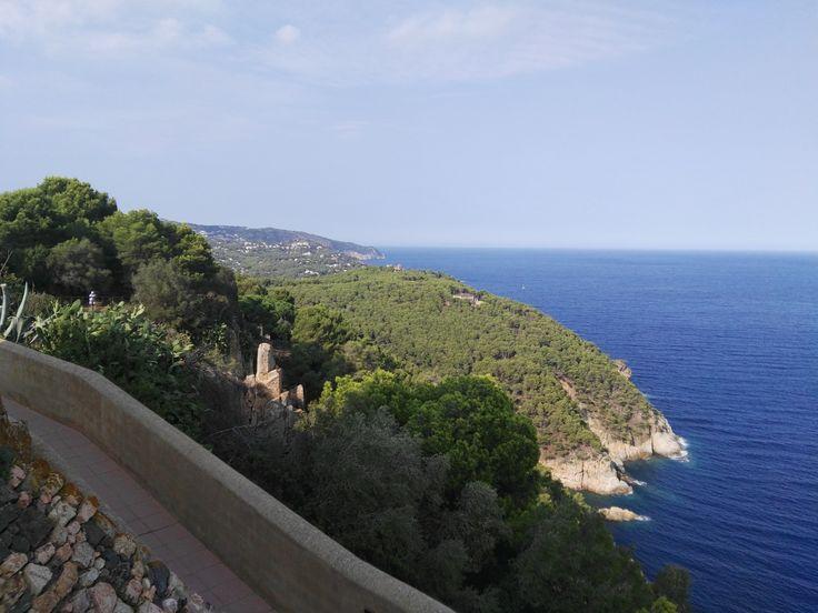 ElEl Mirador de Sant Sebastià se encuentra a uno de los lados del emblemático faro de Sant Sebastiá. Nos proporciona unas espectaculares vistas de la costa central y del Mar Mediterráneo Mirador de Sant Sebastià.Llafranc.Girona