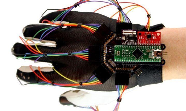 Es posible controlar todo con tu mano? Keyglove es un dispositivo inalámbrico con el que puedes diseñar hacer música manejar objetos en 3D... E incluso jugar! Lo curioso de este proyecto son los materiales empleados. Entre ellos se encuentra un Arduino Nano un acelerómetro  giróscopo y hasta 37 sensores de diferentes tipos. Además el código empleado para programarlo es de acceso gratis ya que no tiene fines económicos sino educativos y prácticos.  #keyglove #arduino #electronic #electronica…
