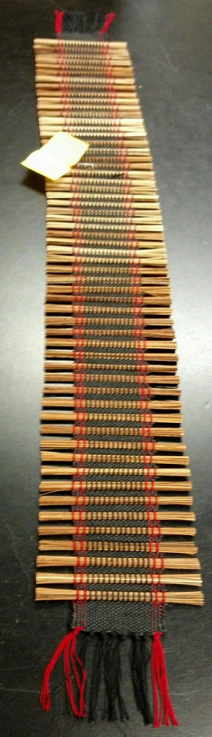 Kapea pöydänpäälinen n.91cm pitkä + hapsut.