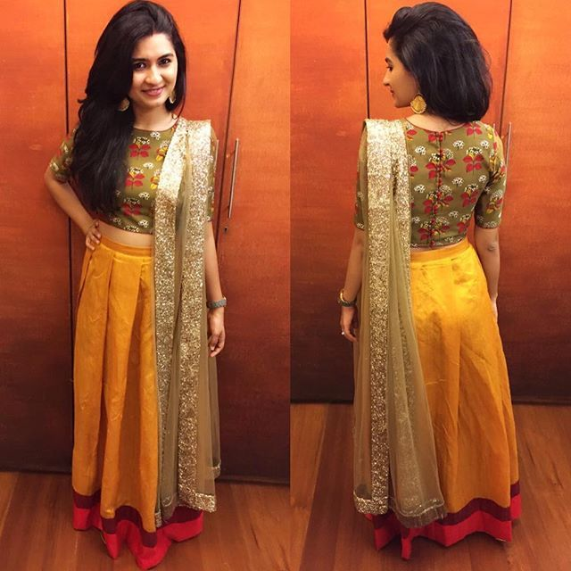 Favorite client alert✨ Manasi looks absolutely stunning in her customized crop set for a reception dinner. Not to mention the play of colours we loooove on her❤️ #akruti2016 #akrutiethniccouture #fusionwear #cropset #rawsilk #printedsilk #reception #unconventional #festiveshenanigans #festivewear #weddingwear #indian #colourplay #colourblock #happyclients #clientdiaries